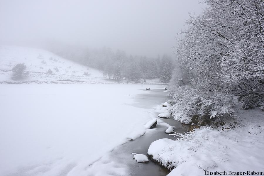 Lac des Pises sous la brume et la neige